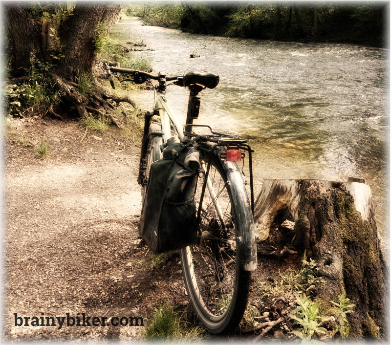 Read more about the article Riding With One Pannier – Good or Bad? (pros & cons analyzed)